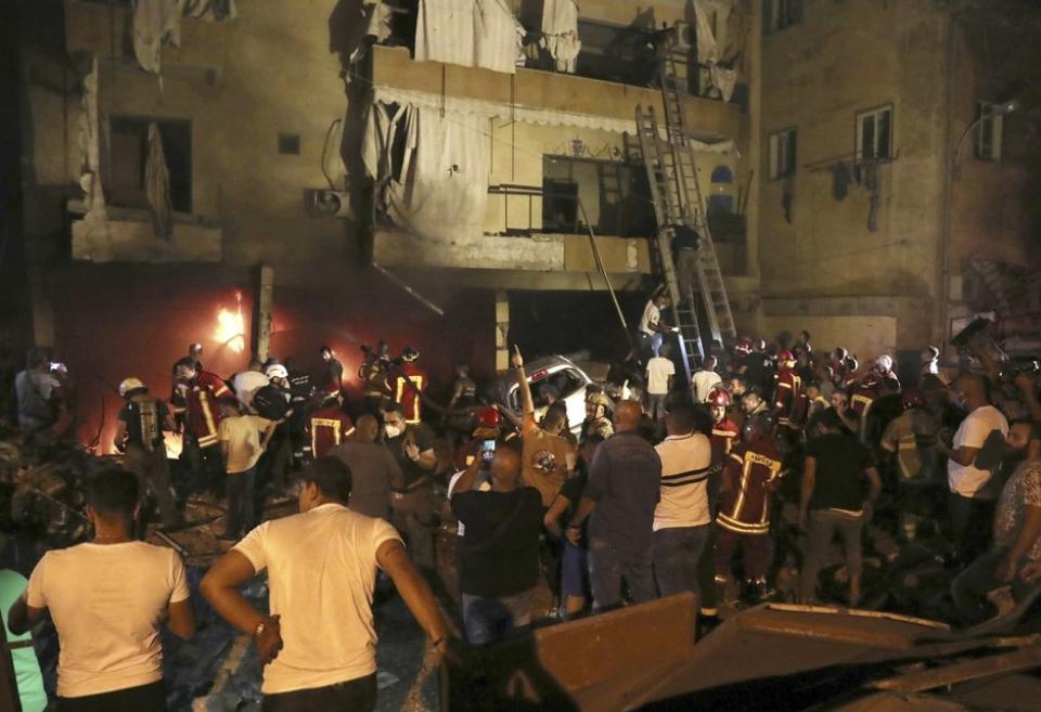 黎巴嫩首都貝魯特(Beirut)今(10日)天發生儲油槽爆炸事件,搜救人員表示有4人罹難。(圖/美聯社)