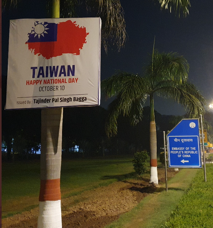 A poster with a Taiwan flag near a sign pointing the way to the Chinese embassy in New Delhi. (Twitter, Tajinder Bagga photo)