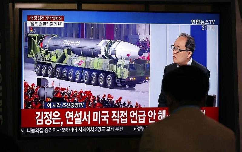 首爾地鐵站電視播放北韓閱兵大典(圖 / 美聯社)