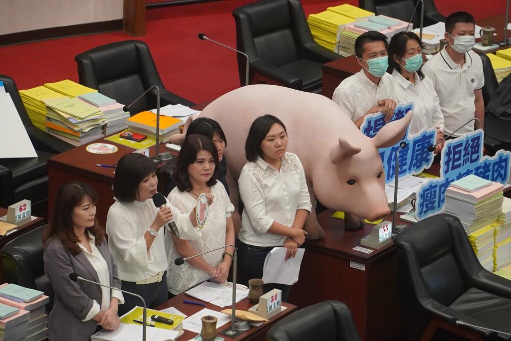 【更新-台灣萊豬爭議】國民黨立委再占議場官員席 蘇貞昌「不道歉,別想上台」