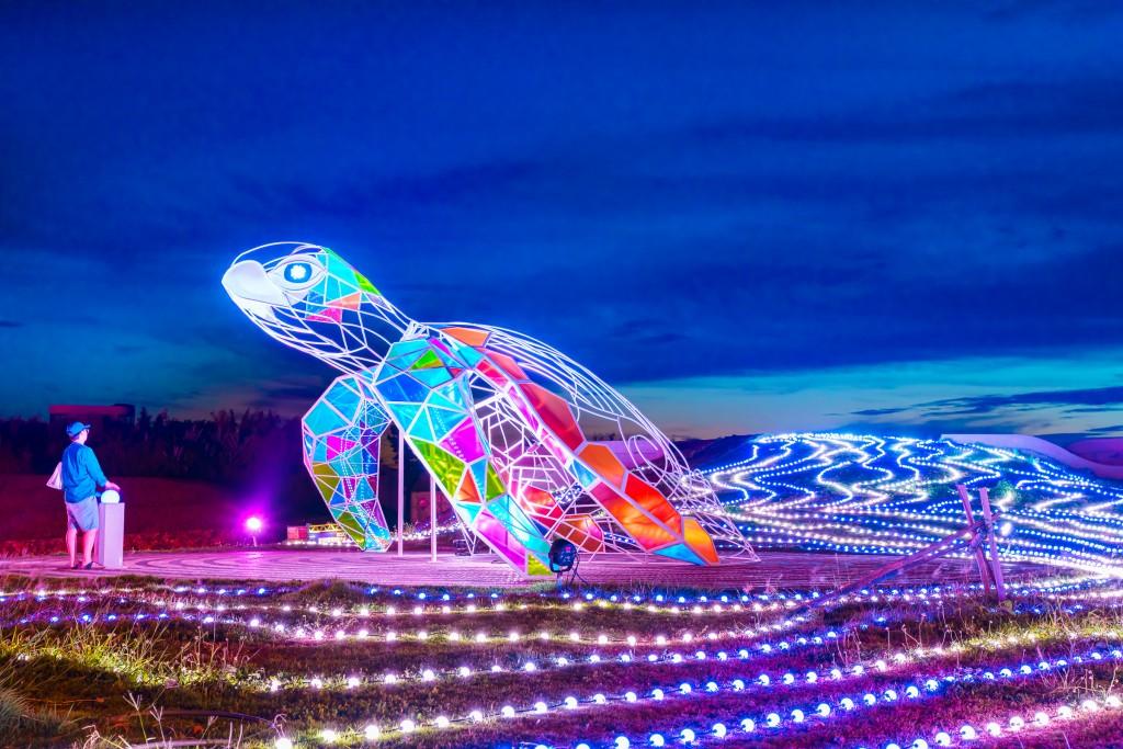 「2020澎湖國際海灣燈光節」之龜來運轉。(圖片由交通部觀光局提供)