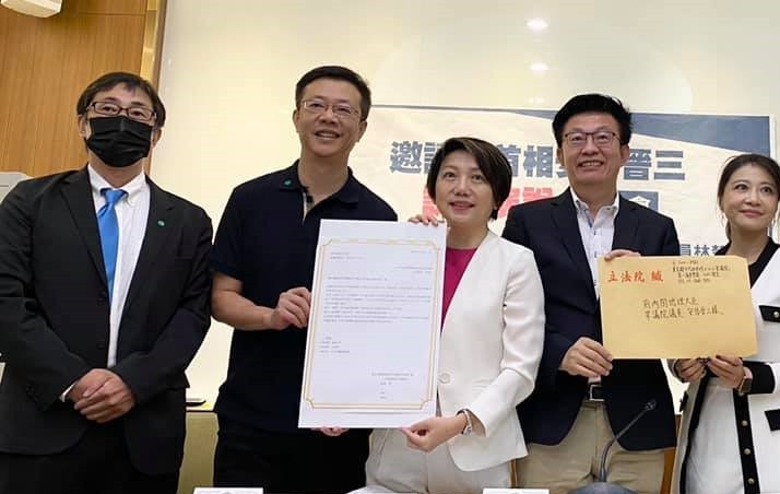 East Asia Parliamentary Friendship Association presenting invitation letter at Tuesday's press conference. (Facebook, Kuo Kuo-wen photo)