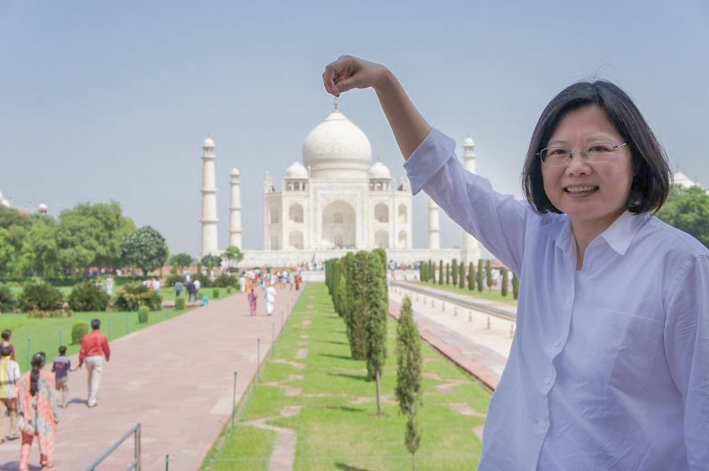 President Tsai Ing-wen shares a photo of her pinching the top of Taj Mahal with her fingers (Tsai Ing-wen Twitter photo)