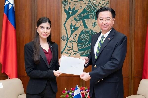 尼加拉瓜新任駐台大使李蜜娜(左)14日向外交部長吳 釗燮(右)呈遞到任國書副本。(外交部提供)