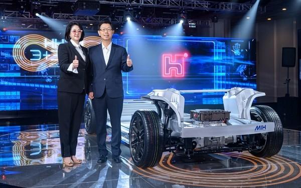Yulon Chairwoman Lilian Chen andFoxconn Chairman Liu Young-way aim to introduce first EV productin two years.
