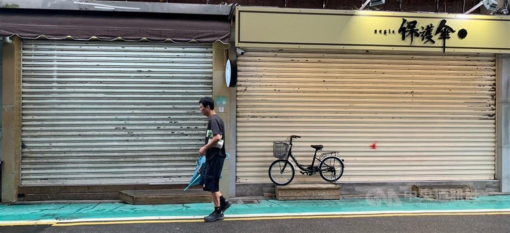協助在台尋求庇護香港人維持生計的「保護傘」餐廳16日遭人潑穢物,目前餐廳已拉下鐵門暫停營業,警方獲報後,現正擴大調閱案發地周邊監視器畫面追...