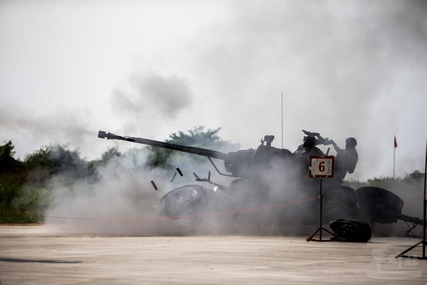 Taiwanese soldier firing 35 mm anti-aircraft gun. (Military News Agency photo)