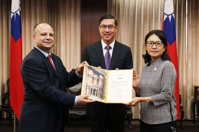MOFA Vice Minister Miguel Li-jey Tsao (center), Jordanian Commercial Office Director Nabeel Al-Tel (left) and Asus Cultural and Educational Foundation...