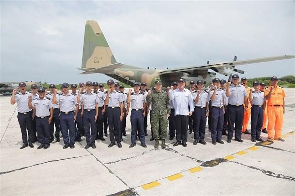 國防部副參謀總長李廷盛中將搭乘空軍C-130H赴東沙視導,並勉勵官兵。(軍聞社圖片)