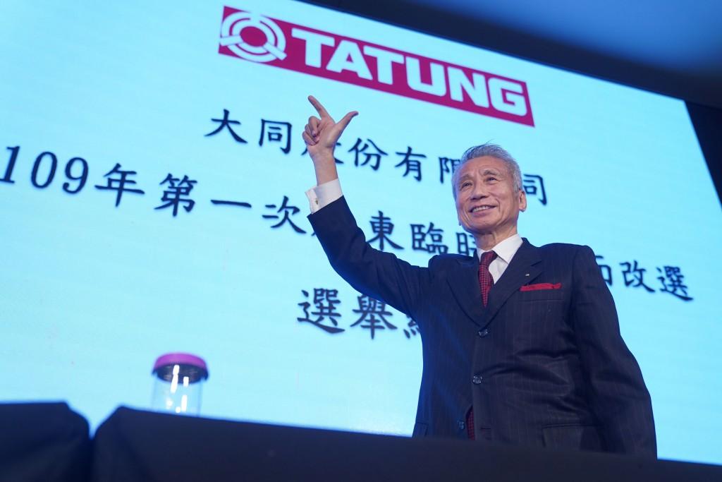 """""""Market faction"""" leader Wang Kuang-hsiang signals victory after power struggle at Tatung."""
