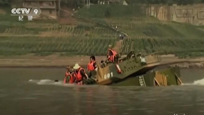 """Опрокидывание танка НОАК """"Амфибия"""".  (Скриншот CCTV 9)"""