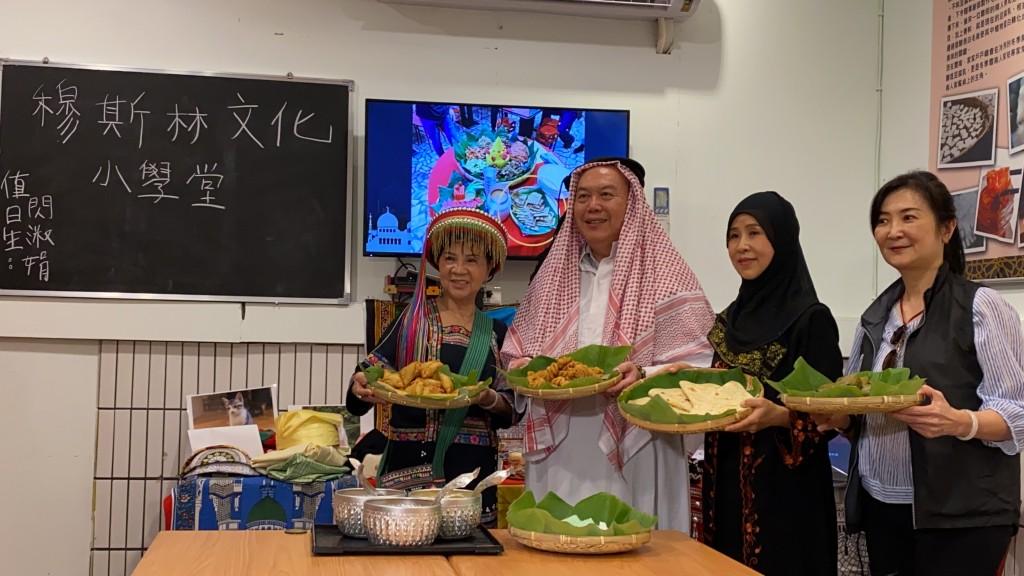 (說明:新住民閃淑娟女士(右二)向移民署林主任秘書興春(左二)、海基會劉副處長慧玲(右一)分享穆斯林美食