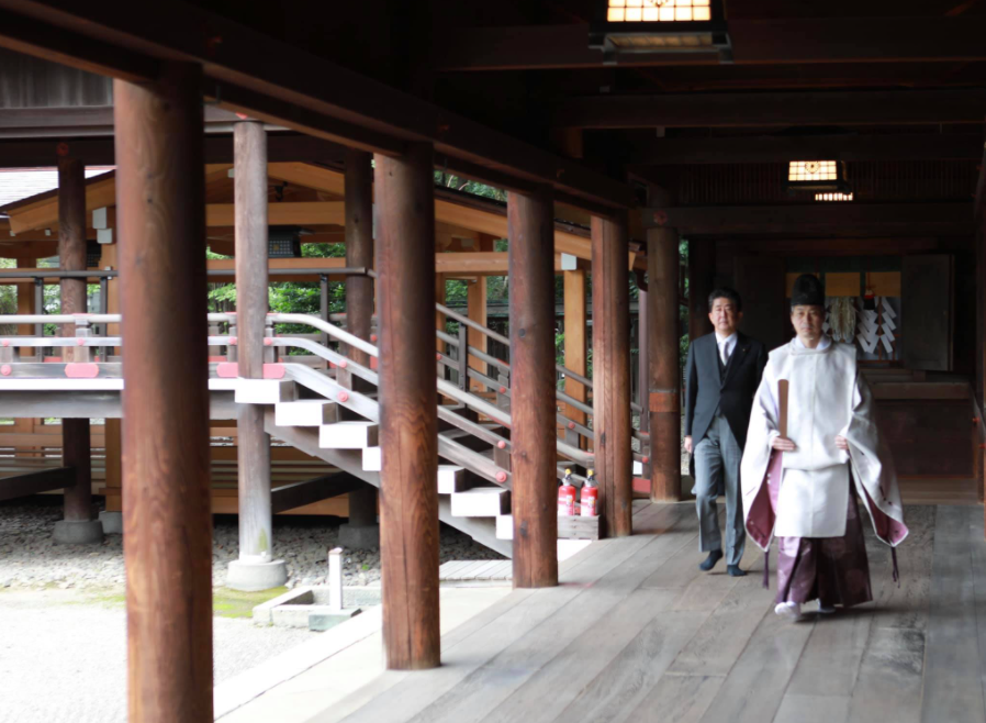 Former Prime Minister Abe Shinzo (left) at the Yasukuni Shrine on Sept. 19 (Facebook, Abe Shinzo photo)