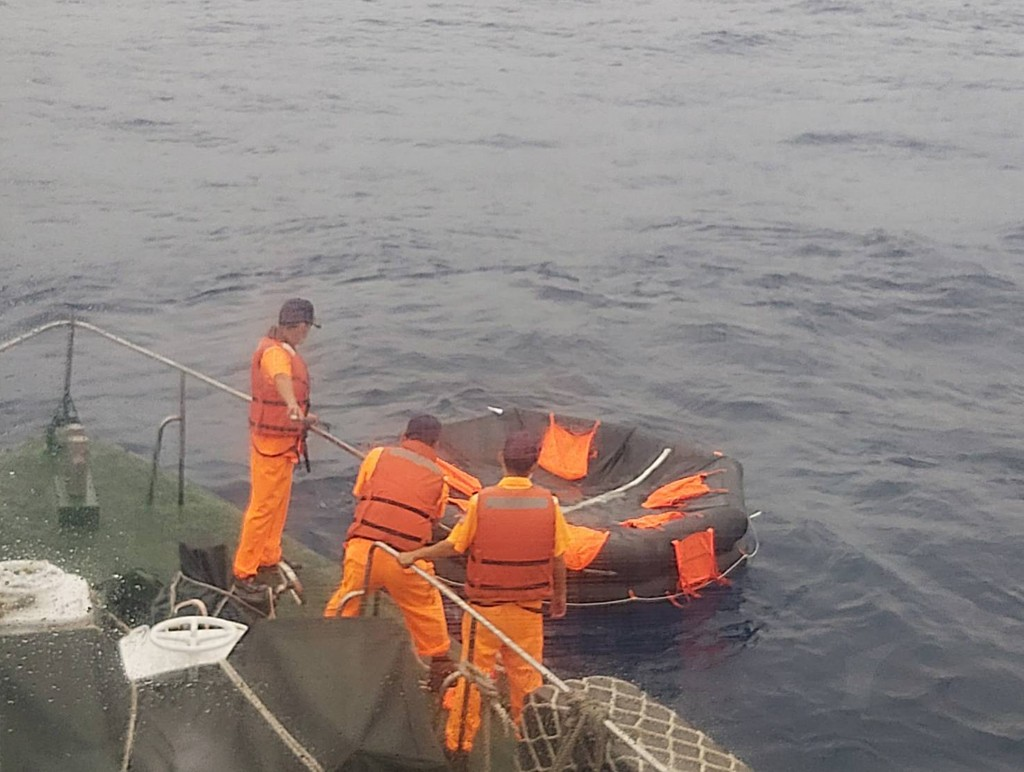 The Coast Guard found an empty life raft in the search for 5 Thai crew members of a sinking freighter