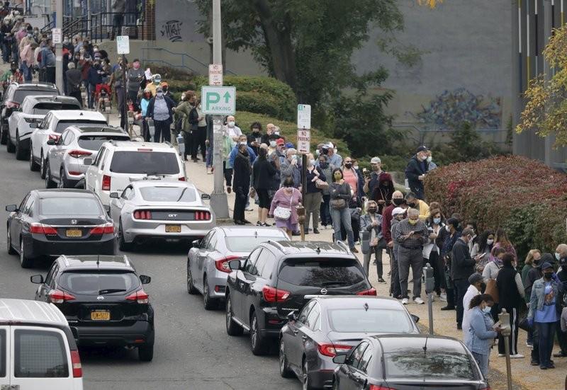 美國投票日倒數9天,各地選民踴躍參與,紐約市民在路邊排隊等待進入投票所。(圖/美聯社)