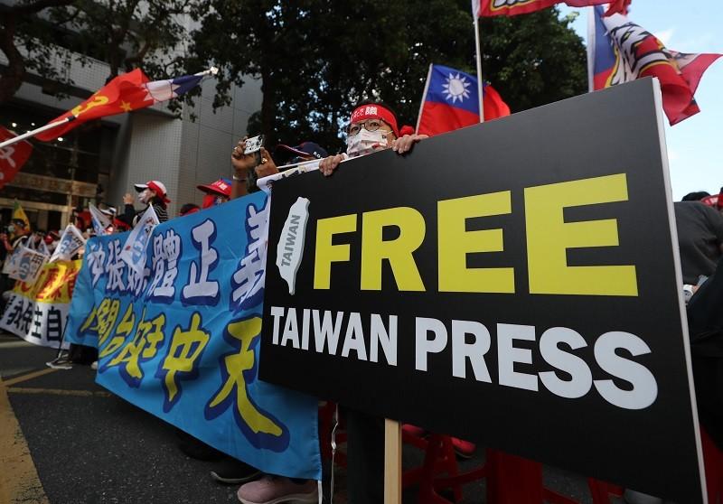 國家通訊傳播委員會(NCC)26日在台北舉行中天電視換照聽證會,支持中天的群眾集結在會場外,準備看板標語表達意見。中央社
