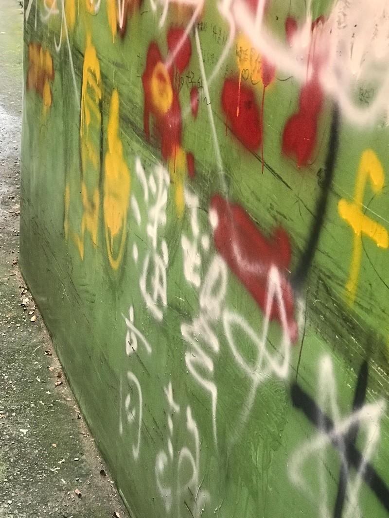 屏東縣潮州鎮建基老街上的知名景點「摸乳巷」,近日遭人以噴漆、立可白等在百年紅磚牆上塗鴉,引發民眾撻伐。(周建昇提供)中央社
