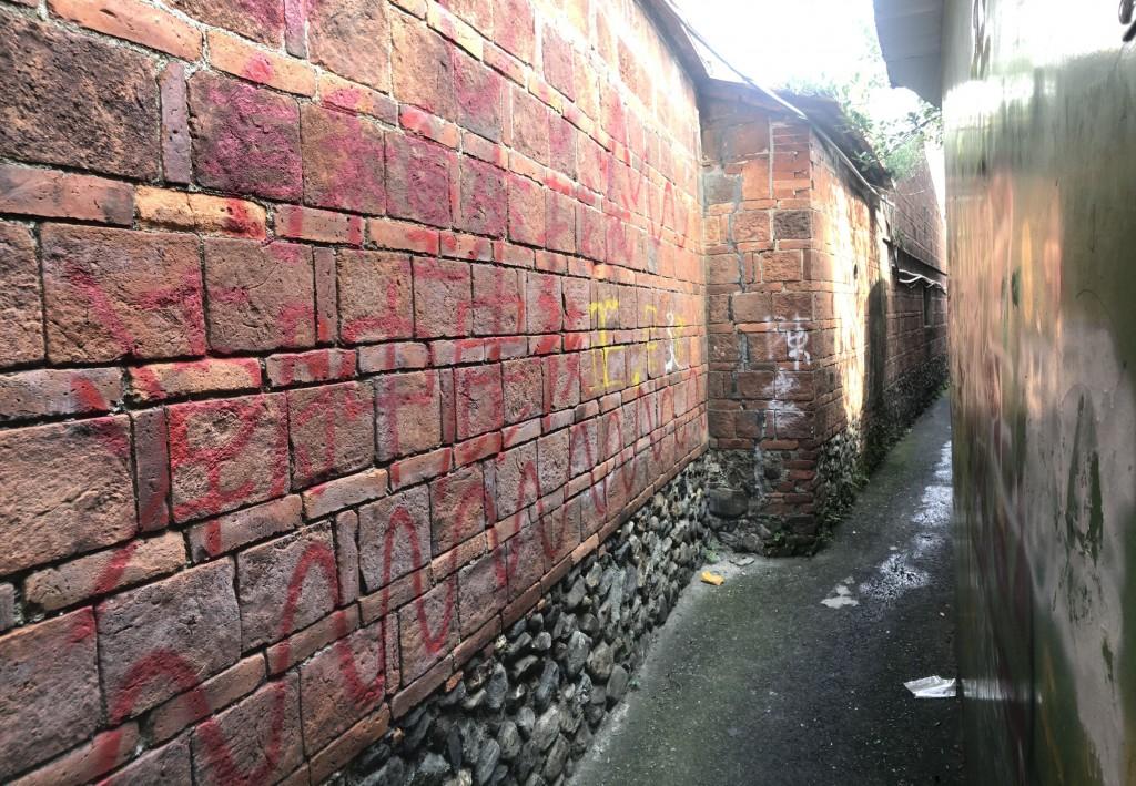 台灣屏東「摸乳巷」百年紅磚牆遭塗鴨破壞 潮州鎮公所幫忙搶救