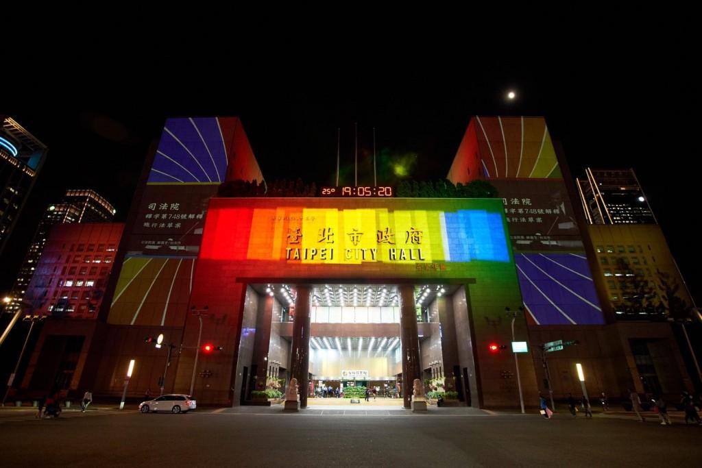 台北市觀傳局自29日起一連三晚假北市府大樓牆面舉辦「Color Taipei彩虹燈光投影秀」(照片來源:台北市觀傳局提供)