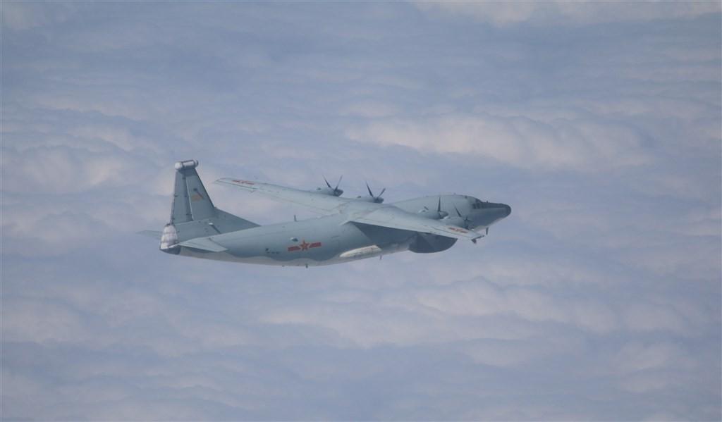 空軍30日發布共機動態,運8電偵機、運8遠干機(圖)、運8技術偵察機等3架共機侵犯台灣西南防空識別區