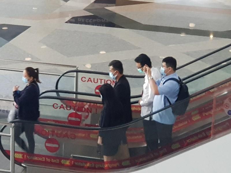 圖為長榮大學馬來西亞籍遇害鍾姓女學生的父母(右3、左1), 1日稍早在吉隆坡國際機場, 搭乘電扶梯前往海關。中央社