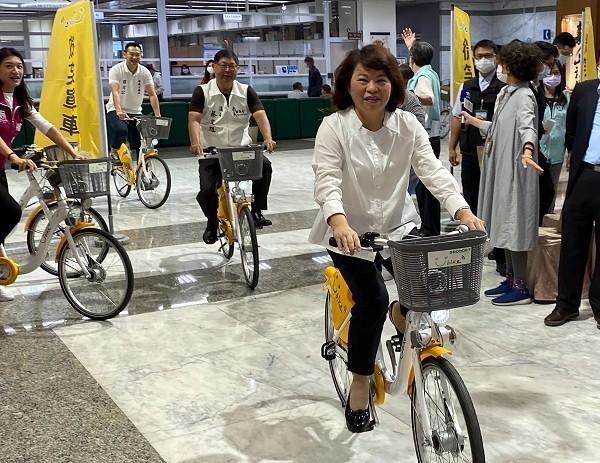 Chiayi Mayor Huang Min-hui (front)
