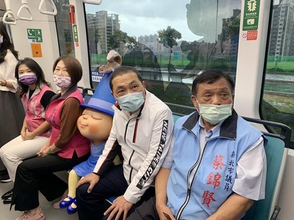 New Taipei City Mayor Hou You-yi (2nd from right)