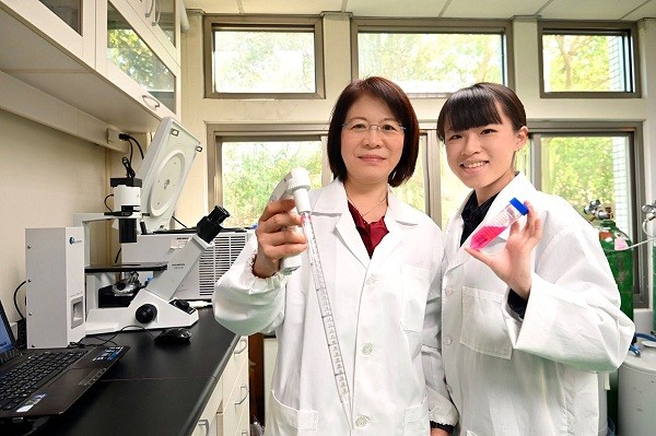 Prof.Wang Wen-ching (left) (National Tsing Hua University photo)
