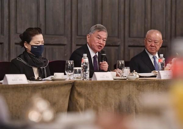 Economic Minister Wang Mei-hua,Vice Premier Shen Jong-chin, andTaiwan Glass Group Chairman Lin Por-fong.