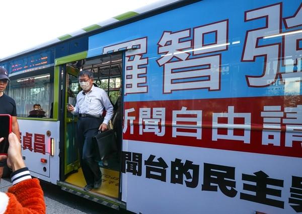 """Taipei Mayor Ko Wen-je rides """"press freedom"""" bus to work Nov. 11."""