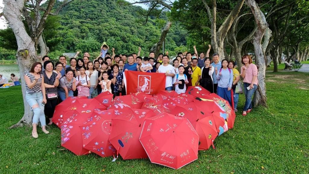 中華民國血友病協會周瑞欽理事長與三總血友病中心陳宇欽主任帶領病友及家屬共同彩繪紅傘,渡過愉快又溫暖的週末。