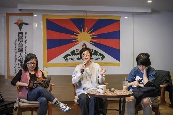 """Tsai Yung-ching talks at an event held by <a href=""""https://www.facebook.com/310.tibet.taiwan"""" target=""""_blank"""">HRNTT</a>. (Artemas Liu photo)"""