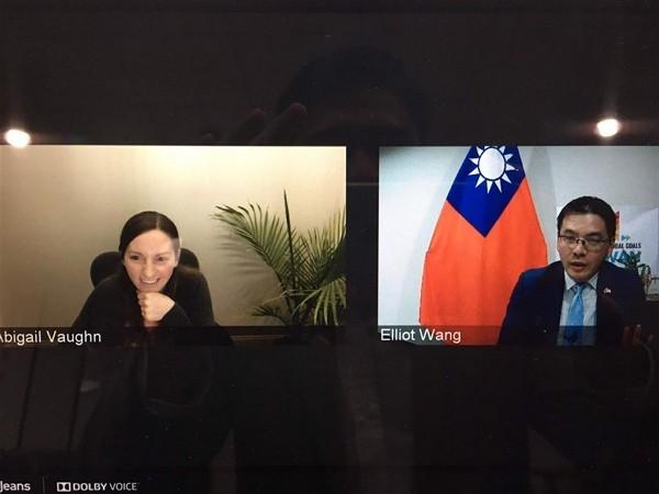 Georgia Tech professor Abigail Vaughn speaks with Taiwanese diplomatcElliot Wang through video conference. (TECO Atlanta photo)