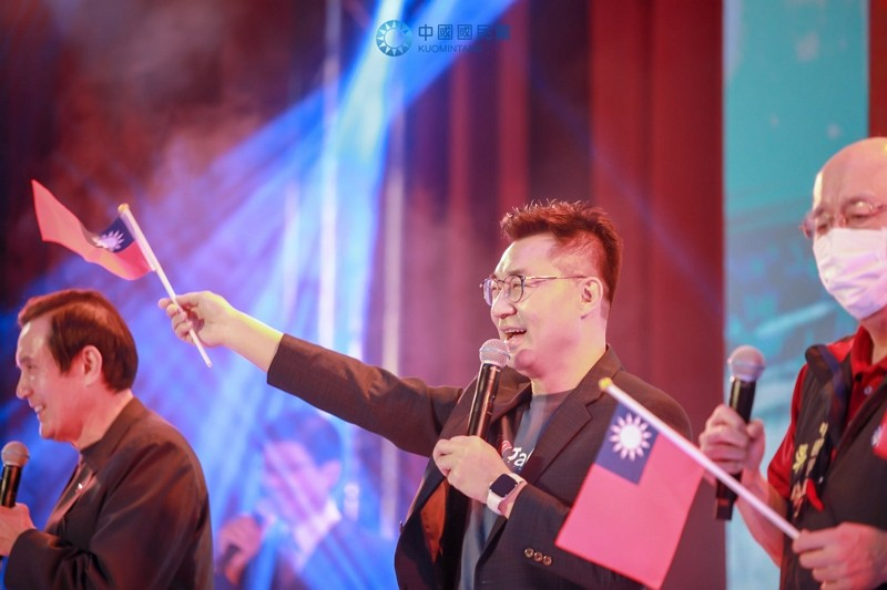 KMT Chairman Johny Chiang (center)(Facebook, KMT photo)