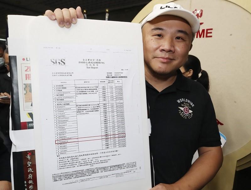 皇家傳承牛肉麵主廚陳家斌,12日向媒體秀出檢驗報告,強調所使用牛肉為萊克多巴胺零檢出。中央社
