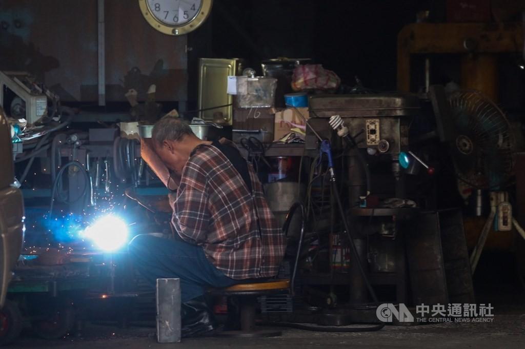 預算用罄為止!台灣第4季紓困即日受理申請 製造業技術服務業薪資補貼3個月最高6萬