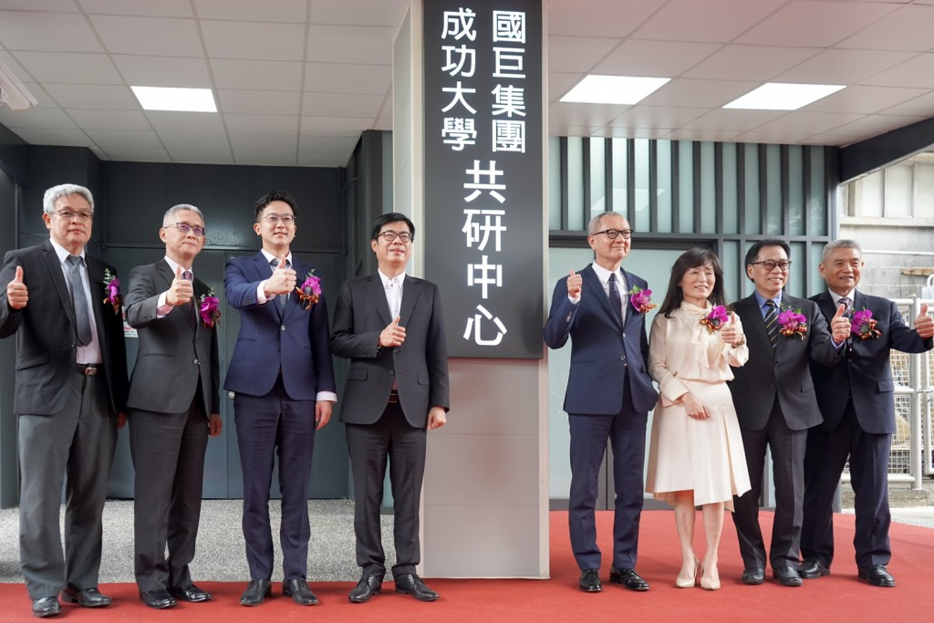 Yageo Chairman Pierre Chen (fourth right), NCKU President Jenny Su (third right) pose for photo at new R&D center.