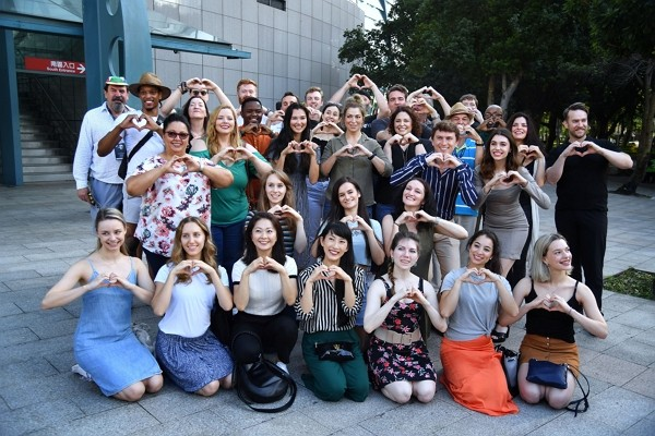 The Phantom of the Opera cast takes group picture outside Taipei Arena.