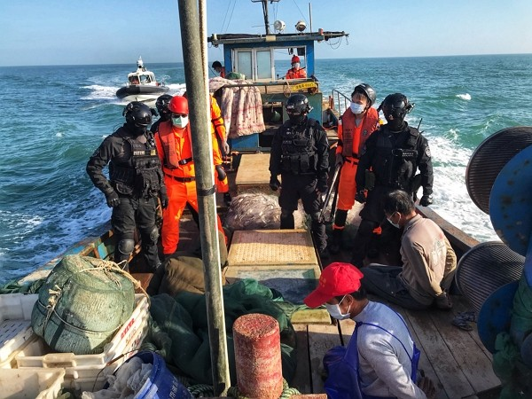 Taiwan coast guard seizes intruding Chinese fishing boat near Kinmen. (CGA photo)