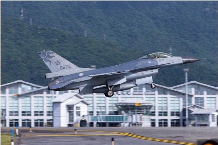 蔣正志上校駕駛的F-16戰機(編號6672)17日晚間失聯。國防部長嚴德發19日表示,已發現8個訊號來源,目前逐點搜索中。(軍聞社提供)