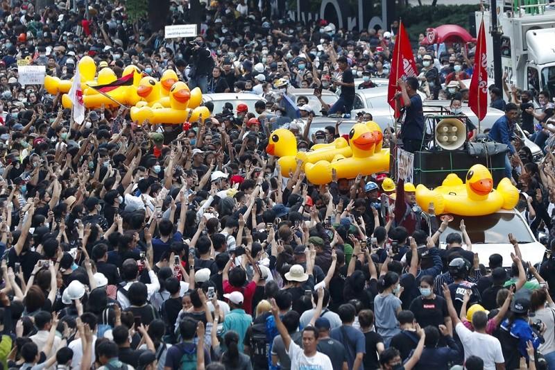 黃色小鴨成泰國反示威新標誌(圖/AP)