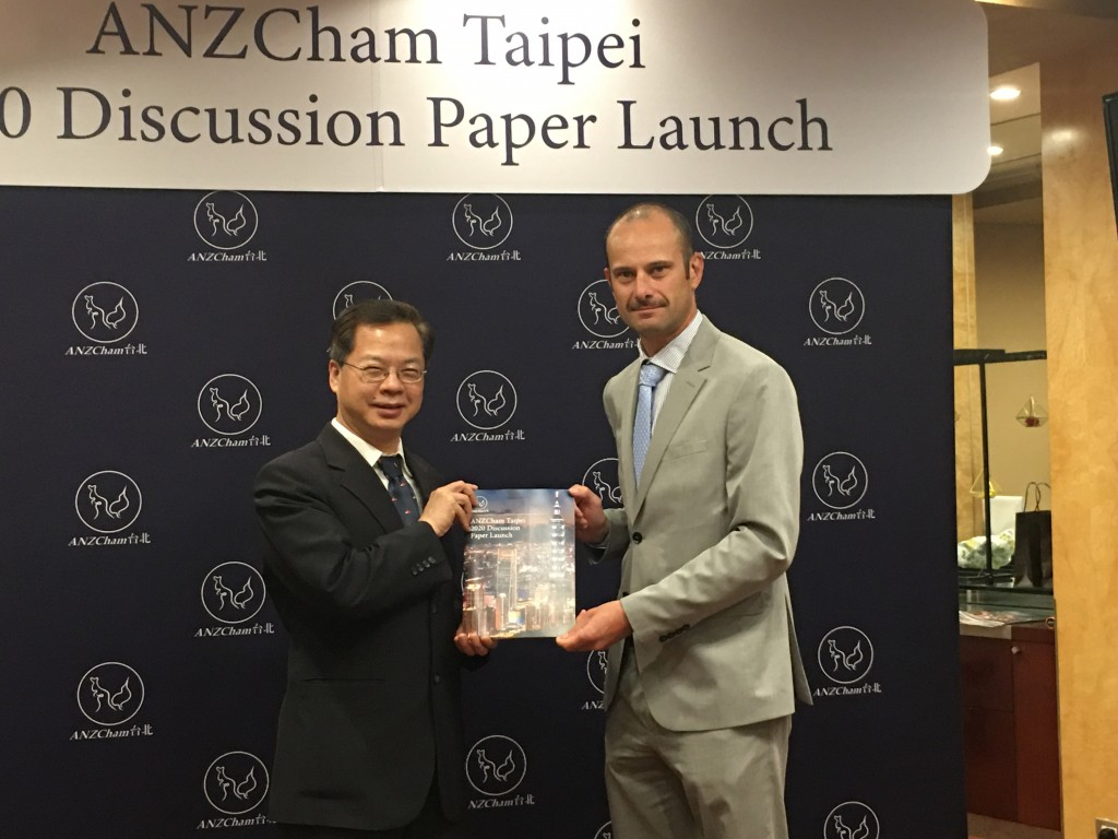 ANZCham Taipei Chairman Damien Van Eyk (right) and NDC Minister Kung Ming-hsin