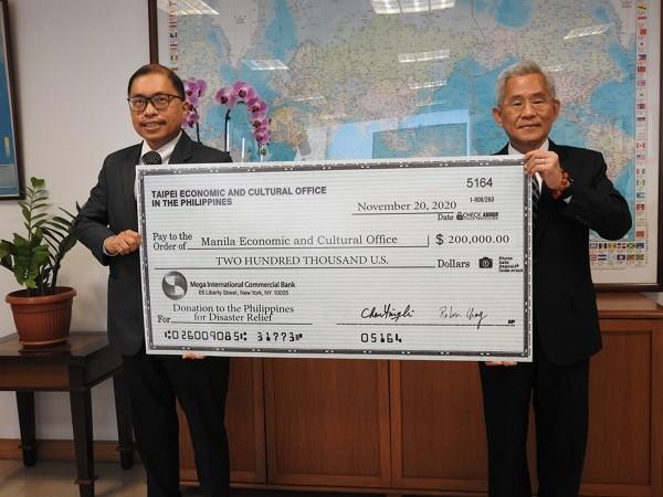 Taiwan representative to the Philippines Michael Hsu (right) presents a donation of US$200,000 to MECO Deputy Resident Representative Gilberto F. Laue...