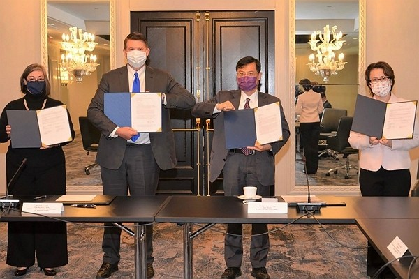 Taiwan inks MOU with the U.S.to enhance economic cooperation.(TECRO photo)