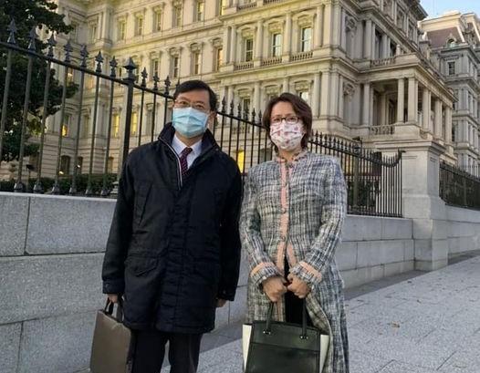 經濟部次長陳正祺(左)與駐美代表蕭美琴(圖片翻攝自蕭美琴臉書)