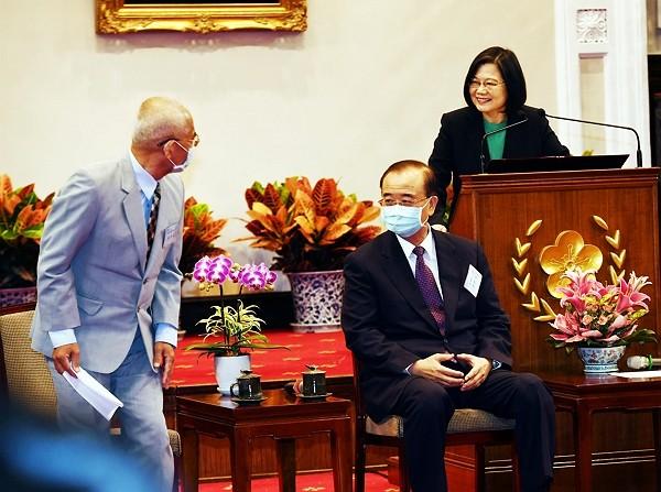 總統蔡英文(右)27日在總統府接見108年度績優捐血 人代表林鴻文(左)等,感謝他們在捐血這份志業上風 雨無阻、不屈不撓、非常有毅力且堅...