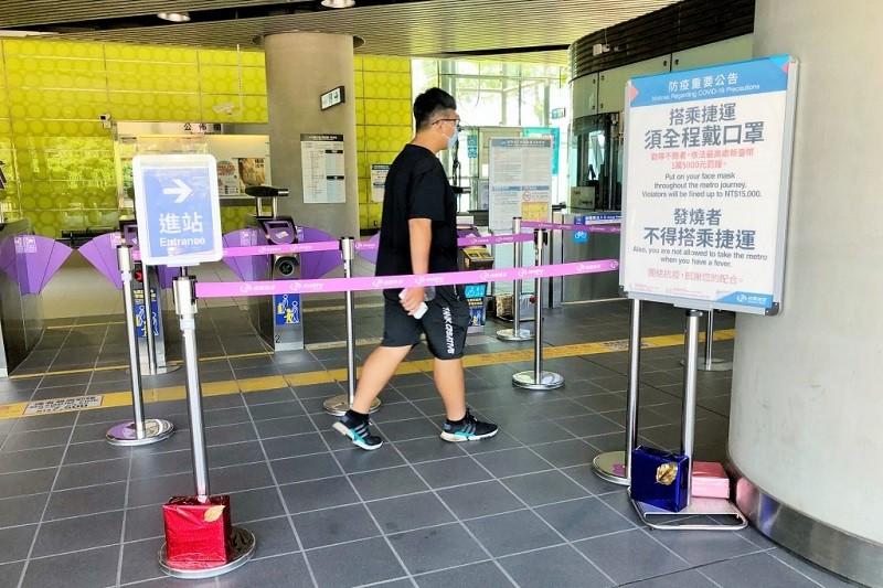 大眾運輸屬於高感染風險場域。桃園大眾捷運公司,從8月6日起就已升級防疫措施, 要求進入機場捷運系統旅客,需全程戴口罩。 中央社