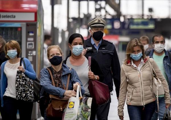 德國法蘭克福中央車站內,乘客配戴口罩(照片來源:美聯社提供)