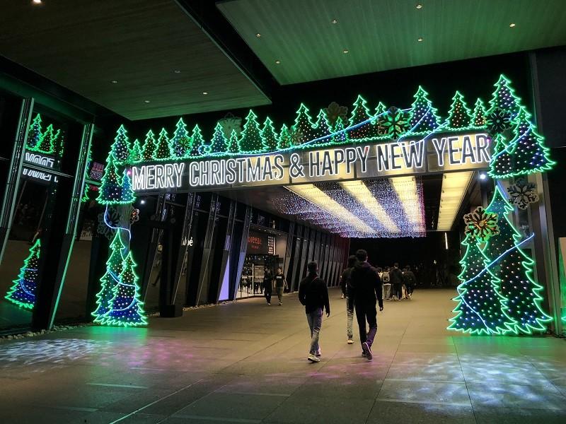 隨著12月耶誕腳步到來,微風南山設計Glorious Gate營造濃濃耶誕氛圍。微風百貨今年也有多個分店參與台北市政府「2020繽紛耶誕玩...