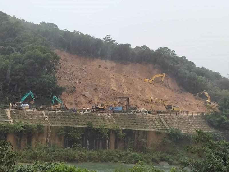 由於東北角連日大雨未停,鐵路坍方現場搶修工作變得更加困難。(中央社)